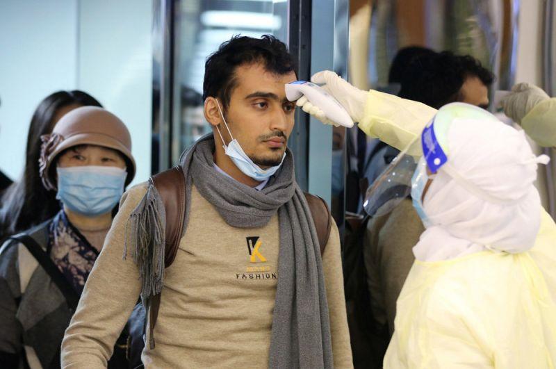 Пассажиры, прибывающие из Китая, проверяются сотрудниками министерства здравоохранения Саудовской Аравии в международном аэропорту имени короля Халида в Эр-Рияде.