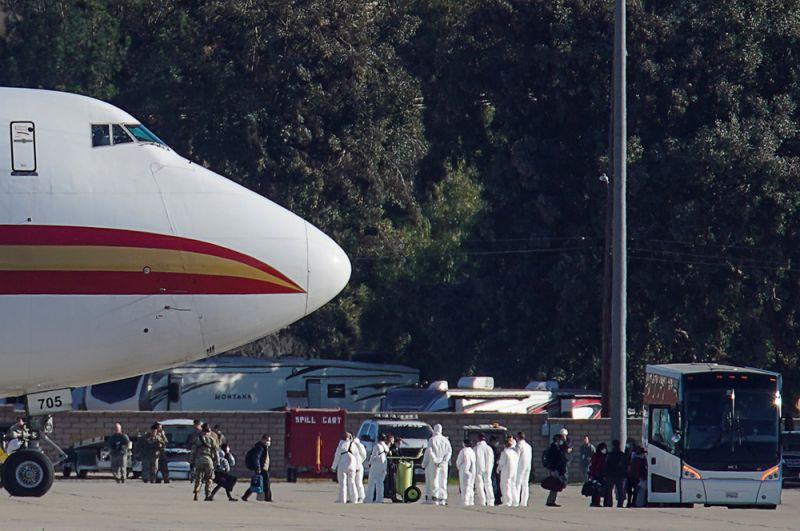 Пассажиры, прибывшие в США из Уханя, проходят проверку на коронавирус в аэропорту города Риверсайд, Калифорния. Американские власти организовали эвакуацию своих госслужащих и других сограждан, оказавшихся в эпицентре распространения вируса.