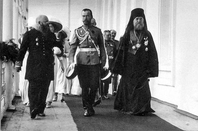 Николай II в сопровождении архиепископа Ярославского и Ростовского Тихона в Спасском монастыре.