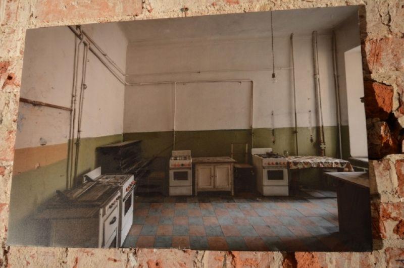 На стенах видны фотографии коммунальной квартиры, где жили Бродские.