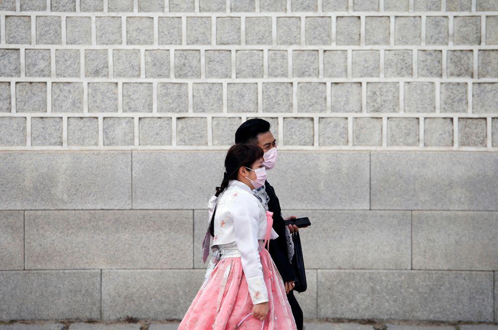 Жители Сеула на улицах города.