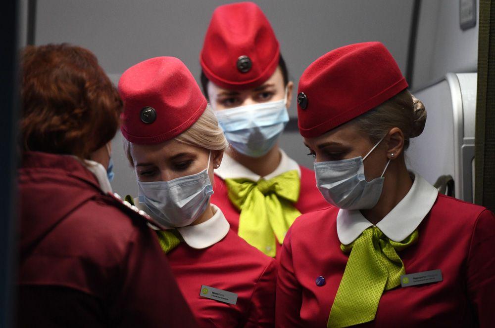 Бортпроводницы рейса авиакомпании S7, прибывшего из Пекина, в аэропорту Толмачево (Новосибирск).