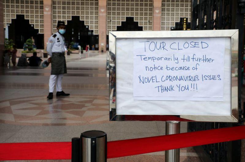 Объявление о закрытии мечети в связи со вспышкой коронавируса в Путраджайе, Малайзия.