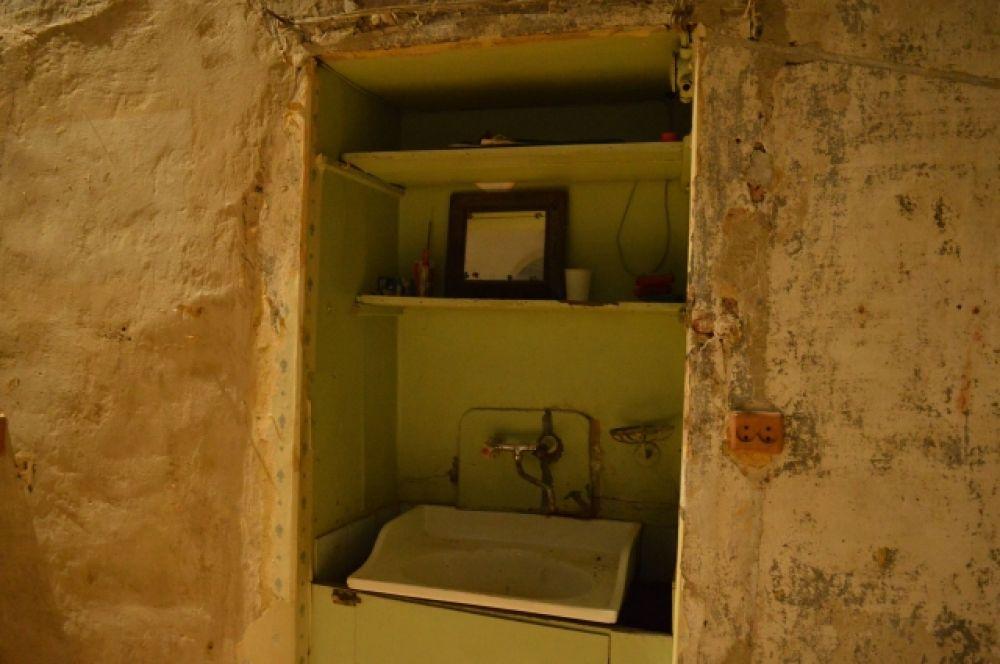Подобный умывальник был и рядом с комнатой Иосифа. Эта ниша сохранилась в соседней комнате с эркером.