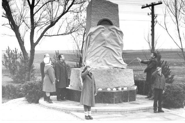 Открытие мемориала жертвам массовых расстрелов на 10-м км шоссе Симферополь-Феодосия. 1986 г.