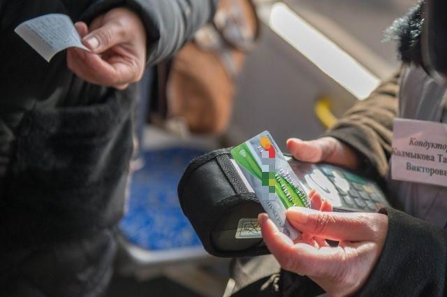 Сейчас оплатить проезд банковской картой можно не во всех автобусах.