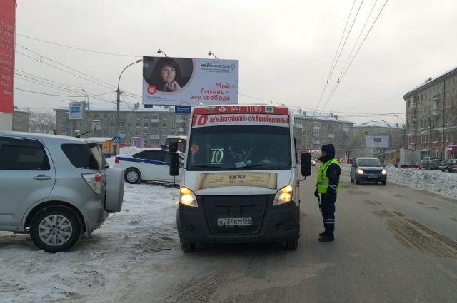 Сотрудники ГИБДД следят за тем, чтобы водители автобусов соблюдали правила дорожного движения и перевозки пассажиров.