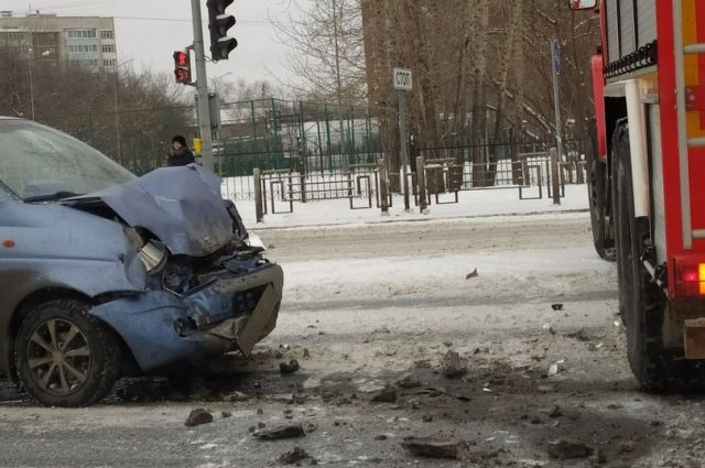 Иномарка на Московском тракте «поцеловала» пожарную машину