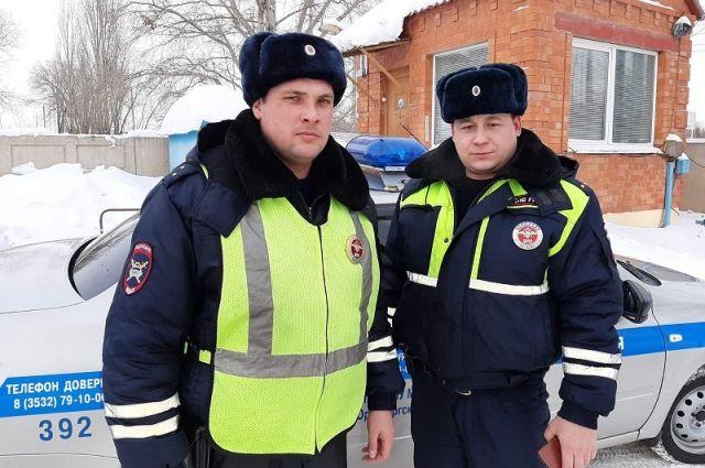 Сотрудники ГИБДД помогли самарскому водителю спастись из