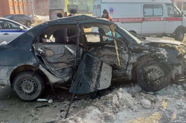 Очевидцы сообщают, что женщину зажало в искореженном салоне автомобиля и ее не удалось спасти.