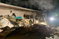 Из-под завалов здания спасатели извлекли пять человек, которых передали врачам.