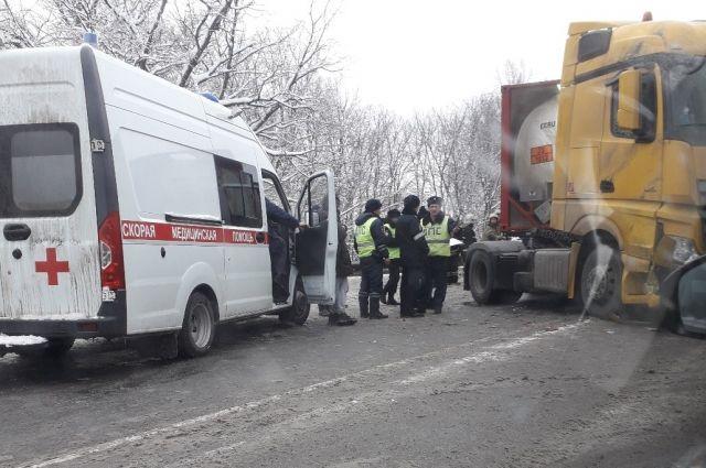На месте работают полицейские сотрудники МЧС и бригада скорой помощи.