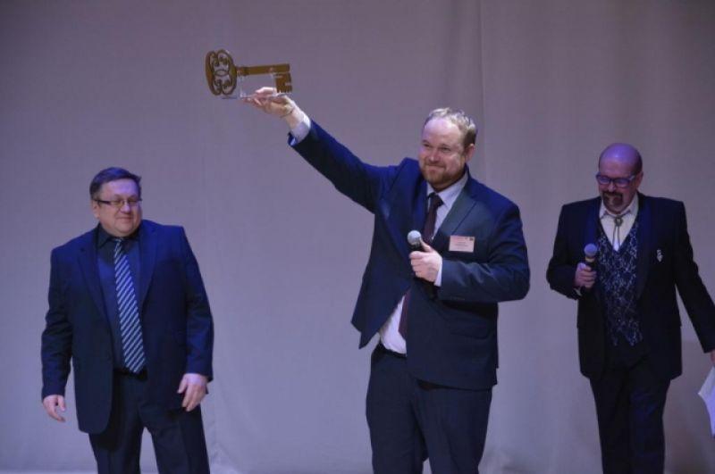 Строители вручили символический ключ директору Егору Сазановичу.