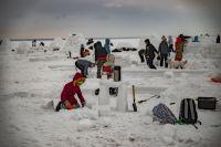 Любой желающий сможет попробовать построить эскимосскую хижину из снега и льда.