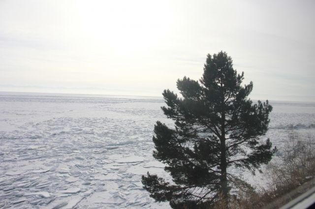 Ранним утром над Байкалом стоит легкий туман, который придает ему еще более сказочный вид.