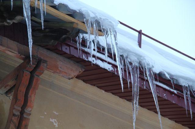 В Салехарде проверят, как убирают снег и сосульки с крыш