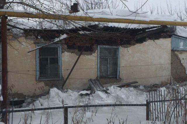Обрушение произошло из-за снега, который скопился на крыше.