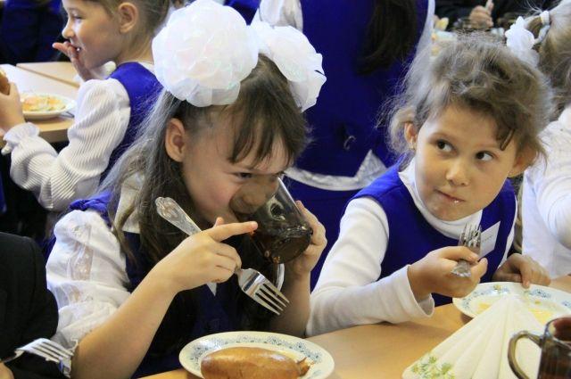 Бесплатно завтракать и обедать в школах смогут ученики 1-4 классов.