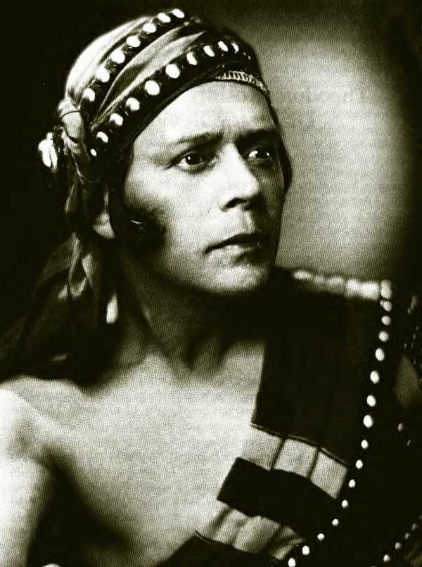 Артист балета, хореограф и педагог Федор Козлов. В 1900 году окончил московское отделение Императорского театрального училища, танцевал в Большом и Мариинском театрах. Гастролировал с балетной труппой Дягилева, с 1913 года жил в Нью-Йорке, где преподавал, ставил бродвейские мюзиклы и снимался в кино.