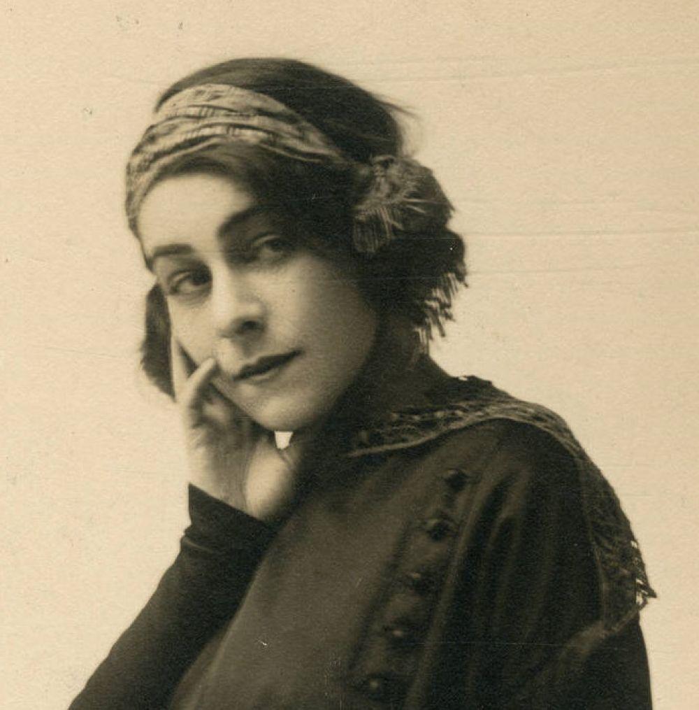 Актриса театра и кино, продюсер, сценарист Алла Назимова. Начинавшая с провинциальных театров, в начале 1900-х годов Назимова с блеском играла на сценах Европы, и была одной из ведущих театральных актрис того времени. В феврале 1905 года переехала в Америку, где также добилась большой популярности, как в театре, так и в кино. В частности, ее гонорар с Metro-Goldwyn-Mayer был больше, чему Мэри Пикфорд.