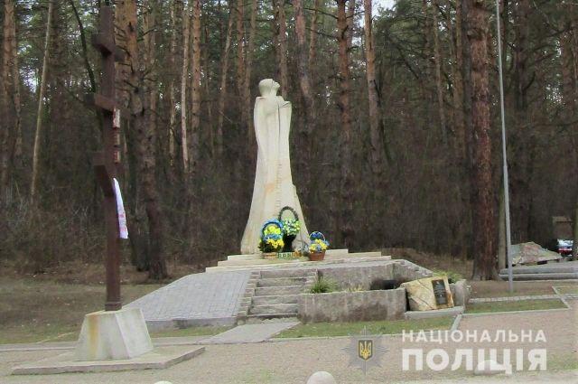 В Киевской области неизвестный украл государственный флаг с мемориала