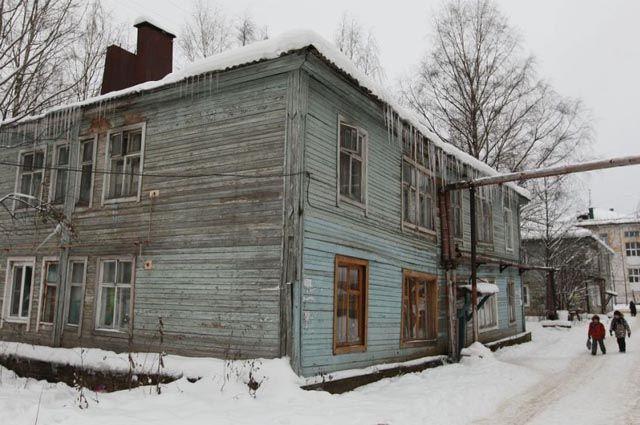Люди до сих пор живут в бараках и деревянных домах, построенных 50 и 70 лет назад.