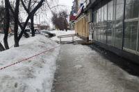 СК Оренбуржья опубликовал фото места падения снежной глыбы на ребенка.
