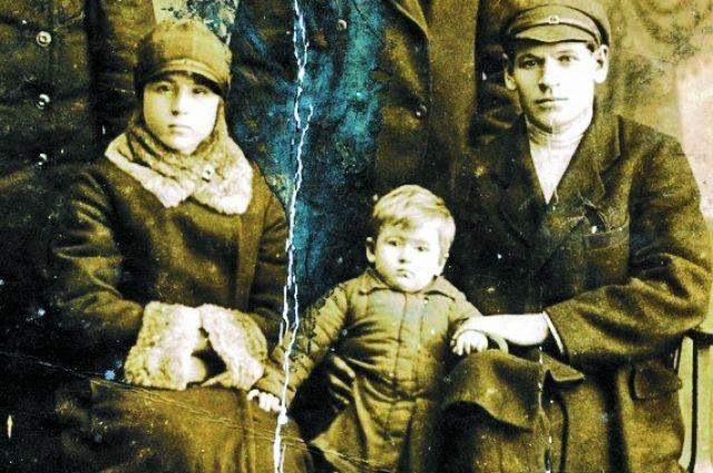 Фото перед войной - маленькая Римма с родителями.