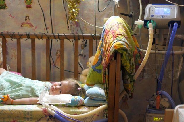 Первым ребёнком, который получил аппарат искусственной вентиляции лёгких за счёт бюджета, стала подопечная фонда «Дедморозим» Ева Вихарева.
