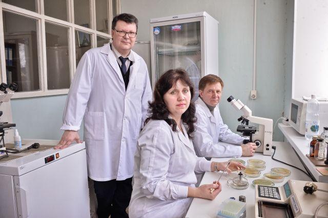 На пороге новых открытий: научные сотрудники д.м.н. Сергей Фадеев, к.б.н. Елена Щуплова и к.м.н. Константин Чертков за работой в лаборатории.