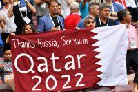 Футбольные фанаты приветствуют российскую команду.