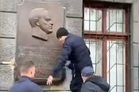 Барельеф военачальника радикалы сняли со стены дома № 62 по улице Новосельского.