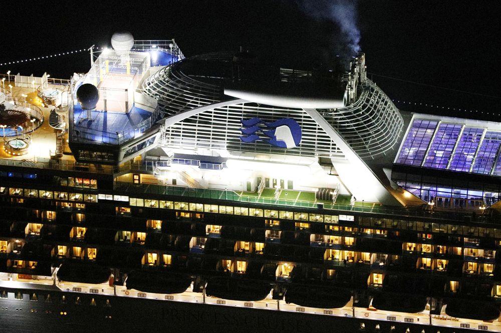 Круизный лайнер Diamond Princess, стоящей на рейде у порта Йокогамы.