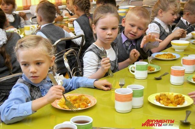 Количество школьников, которых должны кормить бесплатно, вырастет в 5 раз.