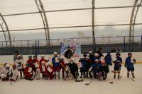 На льду тренируются сразу три дворовые команды.