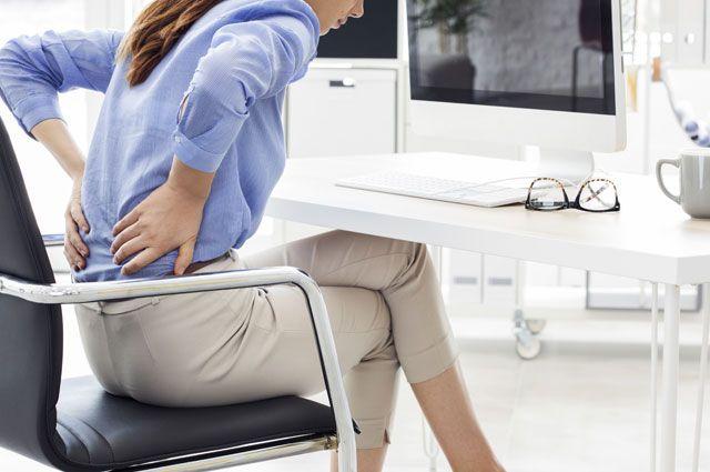 Чаще всего на боли в спине жалуются офисные работники.