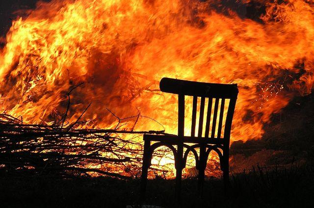 На улице Береговой в Тюмени произошел пожар в деревянном доме