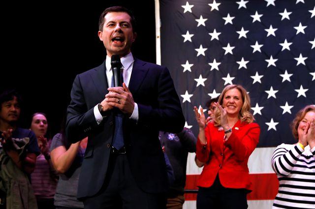 У демократов в лидеры неожиданно выбился 38-летний политик Пит Буттиджич.
