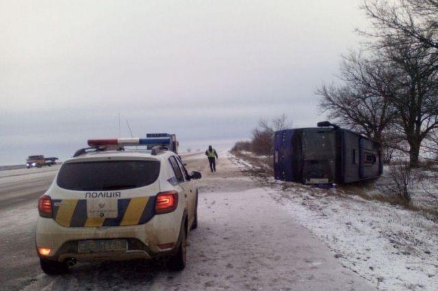 В Одесской области из-за гололедицы перевернулся автобус с 19 пассажирами