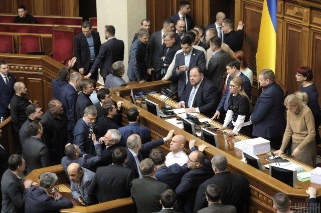 Депутаты блокируют трибуну Рады из-за закона о рынке земли