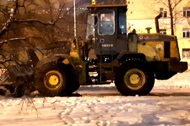 В Ноябрьске снегоуборочный трактор «решил отдохнуть» посреди дороги