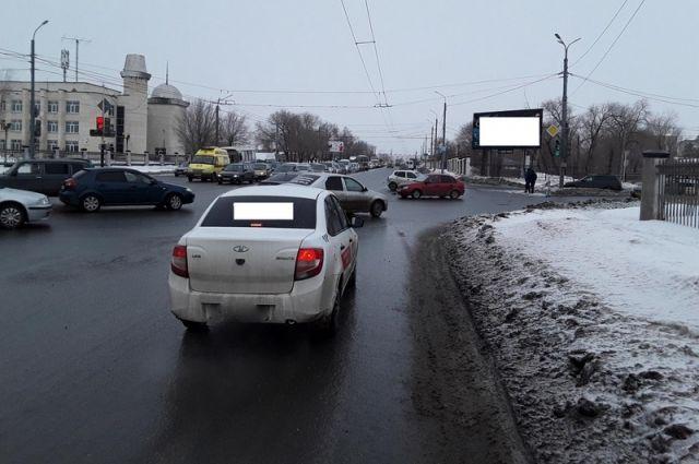 В Оренбурге столкнулись Toyota Duet и «ВАЗ-11183»
