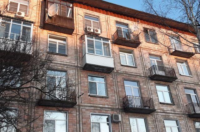 Многие стеклят балконы для утепления и прибавки дополнительных метров к весьма скромной по размерам жилплощади.