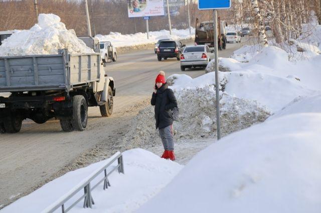 Работа уже идет: техника убирает с дороги снег, и сугробы постепенно «тают» на глазах новосибирцев.