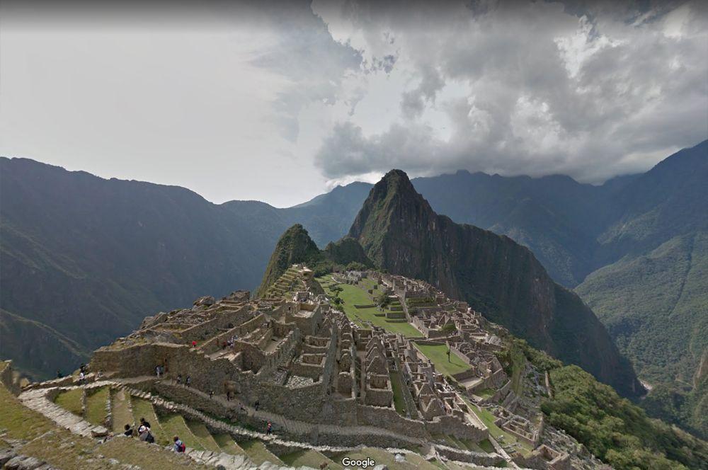 Город Мачу-Пикчу, Перу. «Город среди облаков», или «потерянный город инков», с 2007 носящий звание Нового чуда света — не самая простая локация для путешествия. Он построен на каменных уступах-террасах на склоне хребта и окружен густой растительностью.