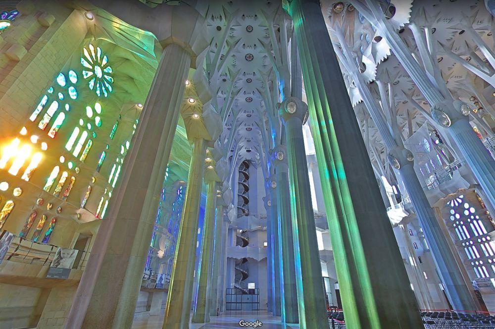 Храм Саграда Фамилия, Испания. Знаменитый храм Саграда Фамилия прекрасен как снаружи, так и внутри: благодаря витражам внутреннее пространство собора пестрит яркими красками, которые меняются от восхода к закату.
