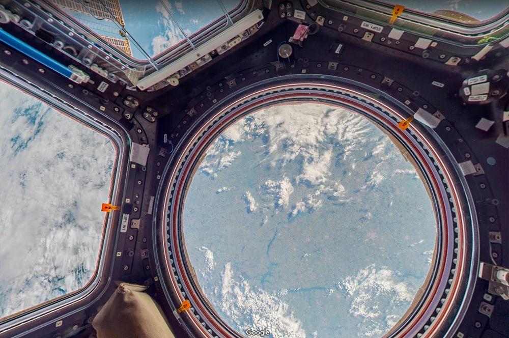 Обзорный купол МКС. Если вы не обладаете ученой степенью и здоровьем космонавта, то единственная возможность попасть на МКС — ваш смартфон. Эта панорама позволяет почувствовать себя настоящим космонавтом: насладиться завораживающим видом на Землю из обзорного купола, а также «прогуляться» по станции и изучить ее внутреннее устройство.