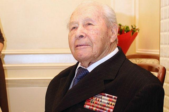 Бил фашистов под Москвой, на Северо-Кавказском и I Украинском фронтах.