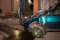 В Киеве пьяный водитель снес забор дома и уснул в автомобиле полицейских