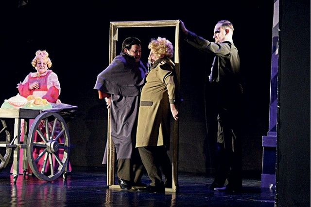 Стилистика переодевания, мгновенного перехода из одного образа в другой роднит этот спектакль со спектаклями театра Аркадия Райкина.